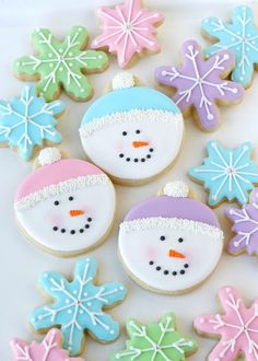 These adorable Snowman Face Cookies are easy to make with these step by step decorating instructions! (easy to make christmas cookies fun) Cookies Cupcake, Snowman Cookies, Iced Cookies, Cute Cookies, Royal Icing Cookies, Sugar Cookies Recipe, Holiday Cookies, Cookie Recipes, Snowflake Cookies