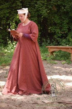 13th - early 14th century. I really want to make an outerwear piece like this but with pointed sleeves.