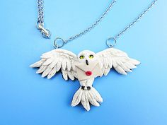 Harry Potter Hedwig Owl Polymer Clay Necklace: 4 Steps (with Pictures) Hedwig Harry Potter, Bijoux Harry Potter, Harry Potter Charms, Sculpey Clay, Polymer Clay Owl, Polymer Clay Projects, Polymer Clay Creations, Harry Potter Weihnachten, Hedwig Owl