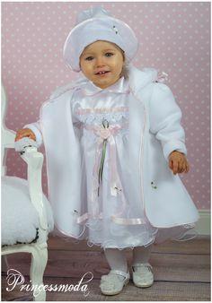 Schönes Taufkleid mit Schleppe, inkl. Hut und Taufmantel von Princessmoda