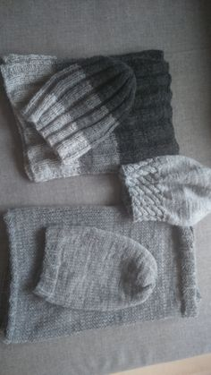 Komplety wykonane nicią Czterdziestką na drutach żyłkach nr 4. Prace z tej nici doskonale sprawdzają się w zimowe chłody.