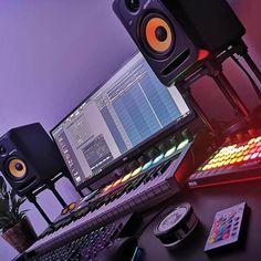 musicianlifeofficial_57506275_2264135377168779_3138609381554730098_n @musicianlifeofficial #devenirbeatmaker #homestudio #hardware #beatmaker #beatmaking #compositeur #musicproducer #productionmusicale #musicproduction #audio #studiotour #producerdesk #bedroomproducers Studio Setup, Studio Ideas, Small Studio, Cool Inventions, Home Studio, Ale, Hardware, Music Production, Screensaver