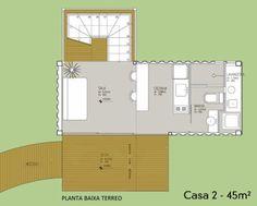 Com a área total de 45 m², o projeto é composto por dois pavimentos. No térreo, o acesso pelo deck de madeira leva à entrada para a sala de estar.