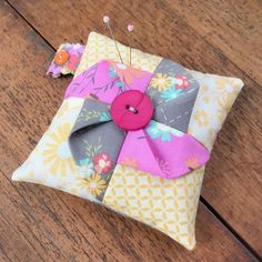 Carried Away Quilting: Pinwheel pincushion featuring Sunnyside Up Small Sewing Projects, Sewing Projects For Beginners, Fabric Crafts, Sewing Crafts, Beginner Sewing Patterns, Sewing Tips, Fabric Origami, Diy Cushion, Sewing Pillows