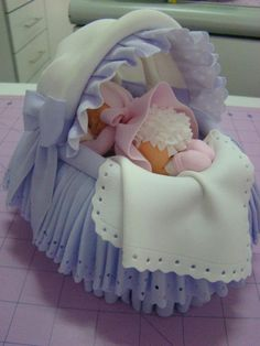 Baby Crib With New Born Inside - To Die For!~ All Fondant For Baby Shower Or Christening Cakes. Fondant Baby Torte, Fondant Bow, Fondant Flowers, Fondant Cakes, Fancy Cakes, Cute Cakes, Decors Pate A Sucre, Baby Shawer, Baby Crib