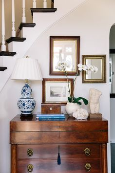 Styling chest with one lamp Living Room Decor, Living Spaces, Home Decor Inspiration, Monday Inspiration, Traditional House, Entryway Decor, Home And Living, Home Accessories, Family Room