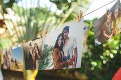 """Hoje temos posts de decoração do casamento e vou mostrar o Cantinho dos Noivos ♥ Queríamos que as pessoas pudessem deixar um recadinho para a gente, então compramos 3 bloquinhos super fofos e colocamos em uma mesinha com canetas coloridas. Escrevemos """"Deixe um recadinho pra gente!""""... >>> clique na foto para ver o post completo!"""