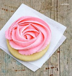 Rose Sugar Cookie Tutorial from I am baker. Really, so easy! Cookie Desserts, Just Desserts, Cookie Recipes, Delicious Desserts, Dessert Recipes, Icing Recipes, Cookie Favors, Favorite Sugar Cookie Recipe, Best Sugar Cookies