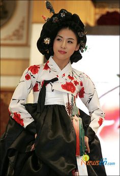 I like the jacket. All these modern Hanboks. Korean Hanbok, Korean Dress, Korean Outfits, Korean Traditional Dress, Traditional Outfits, Living In Korea, Ha Ji Won, Oriental Dress, Korean People