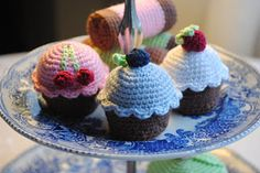 Crochet Amigurumi Pincushion Crocheted Cupcakes with Berries - FREE Crochet Pattern and Tutorial Crochet Cake, Crochet Food, Cute Crochet, Crochet Crafts, Crochet Projects, Knit Crochet, Amigurumi Patterns, Crochet Patterns, Octopus Crochet Pattern