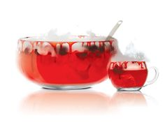 Vampire Punsch garnieren mit gefrorenem Himbeersirup