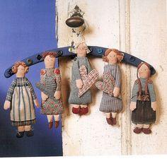 bonecas no cabide