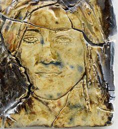 Autor: Michaela Meise     imagen registrada, cerámica vidriada, barniz acrilico imagen generada por adición de elementos sobre el del soporte.