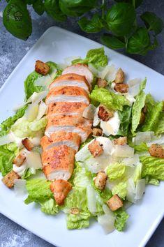 Sałatka Cezar z kurczakiem - KulinarnePrzeboje.pl Fresh Rolls, Tofu, Cobb Salad, Sushi, Grilling, Chicken, Ethnic Recipes, Salads, Crickets