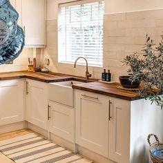 An Innova Stanbury White Shaker Kitchen. Cheap Kitchen Units, Real Kitchen, Kitchen Living, Grey Kitchens, Bespoke Kitchens, Kitchen Fitters, Diy Kitchen Projects, White Shaker Kitchen, Handleless Kitchen