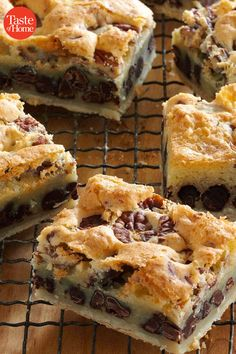 Chocolate Pecan Pie Bars Recipe -These yummy pecan bars start with a homemade pastry crust and pile on lots of semisweet chocolate. They're perfect for a holiday bake sale or casual get-together. Pudding Desserts, 13 Desserts, Delicious Desserts, Plated Desserts, Cookie Recipes, Dessert Recipes, Drink Recipes, Potluck Recipes, Bar Recipes