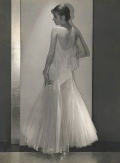 Marion Morehouse wearing a white tulle dress by Chanel, with diamond bracelets by Marcus, photo by Edward Steichen for Vogue, March 1930s Fashion, Timeless Fashion, Retro Fashion, Vintage Fashion, Vintage Style, Coco Fashion, Ladies Fashion, Edward Steichen, White Tulle Dress