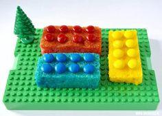 Lego, wie is er niet opgegroeid met die kleurrijke bouwsteentjes uit Denemarken? Roppongi maakte van cake en m&m's deze leuke lego traktatie. Je leest hier hoe je de lego blokjes maakt.