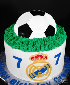 The Real Madrid Soccer Cake by 13 Tiers. Charlotte, NC Source by Football Birthday Cake, 6th Birthday Cakes, May Birthday, Sports Birthday, Boy Birthday Parties, Real Madrid Cake, Real Madrid Soccer, Sport Cakes, Soccer Cakes