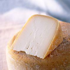 """LOS 24 MEJORES QUESOS DEL PLANETA  Ossau-Iraty Conocí este queso un lejano noviembre de 2007, en aquella comida inolvidable en Can Fabes. Fue -cómo no- de la mano de Joan Carles Ibáñez (entonces sumiller de aquella sala inolvidable y hoy en Lasarte). Recuerdo el momento nítidamente, aquel queso imposible destacó sobre todos los demás, y los demás no eran pecata minuta. Me costó Dios y ayuda conseguirlo, pero lo conseguí: fabricado con leche entera de oveja Manech, este queso """"guiputxi"""" (se…"""