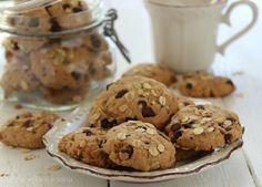 Biscotti ai fiocchi di avena e gocce di cioccolato , semplici e golosi, facilissimi da preparare. Qui in versione vegan , senza uova né latticini.