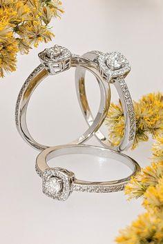 Prsteň Midnight sa svojím vyskladaným dizajnom perfektne hodí do skladačky predstavy o teple krbu, hrejivom a podporujúcom lásku, súdržnosť a vzájomný súlad. Ak sa na niekoho môžete v úprimnej snahe dať nadstavbu vami vybranému modelu prsteňa symbolizujúceho vašu citovú väzbu spoľahnúť, sme to práve my v Mikuš Diamonds – s tradíciou rodiny v mene i celofiremnom vzťahovom nastavení. Je pre nás radosťou byť pri každom príbehu, ktorý sa rozhodnete žiť spoločne s nami. Statement Rings, Engagement Rings, Diamond, Jewelry, Enagement Rings, Wedding Rings, Jewlery, Jewerly, Schmuck