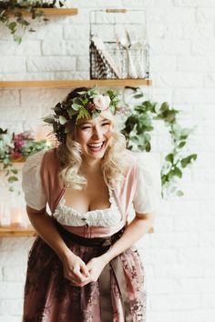 So wunderschön kann Dein Brautdirndl aussehen. Dieses und weitere Unikate findest Du auf www.dirndlkarinkolb.de. Dein persönliches Dirndl.