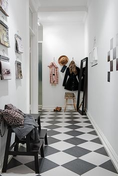 Welcoming hall with checkered floor Hallway Inspiration, Interior Inspiration, Home Decoracion, Black And White Tiles, White Walls, Black White, Entry Hallway, Entryway, House Entrance