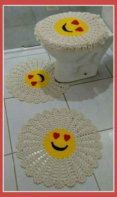 Bathroom set with round emoji crochet rug Crochet Mat, Crochet Carpet, Crochet Doilies, Free Crochet, Simply Crochet, Crochet Bunny, Crochet Home Decor, Crochet Crafts, Crochet Projects