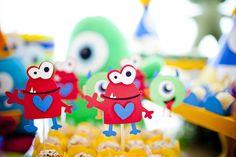 Monstrinhos divertidos - e nada assustadores - fizeram a festa de 1 ano do Alon! A Miss Sugar cuidou da decoração, que ficou super colorida! Cada monstrinh