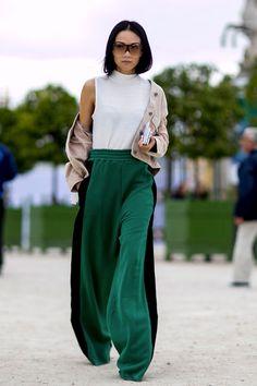 Le streetstyle lors de la fashion week de Paris est toujours le plus attendu. Focus: pantalon vert et noir évasé sous top blanc