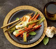Knusprig gebackenes Gemüse mit einem würzigen Dressing schmeckt als feine Vorspeise oder Beilage, mit Brot oder kleinen Schalenkartoffeln aber auch als kleine Mahlzeit.