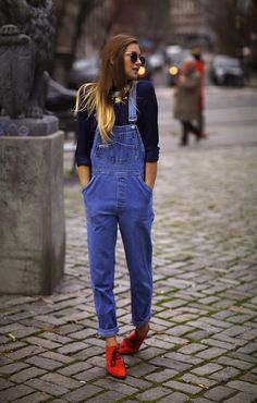 overall! i love overall! Looks Street Style, Looks Style, Style Me, Girl Style, Look Fashion, Autumn Fashion, Paris Fashion, Fashion Shoes, Salopette Jeans