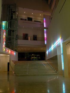 Proyecto Luz. 2003 Intervención in situ. MALBA. Museo de Arte Latinoamericano de Buenos Aires. Argentina. 80 metros de tubos lumínicos enfundados en tejidos con cuentas acrílicas facetadas encastrables. Luz fría . Dimensiones variables.