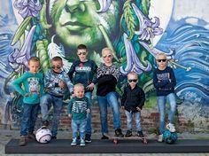 Groeps foto van alléén maar jongens...tja daar hoort ook een stoere achtergrond bij!
