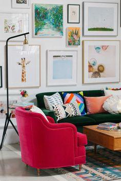 Composé de quadros, luminária, cores nos móveis... tudo lindo!