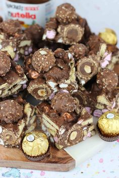 - Jane's Patisserie Easy No-Bake Nutella Rocky Road with Ferrero Rocher, Hazelnuts, Digestives, Marshmallows and Nutella! I realise it really wasn't that long ago that I posted my. Hot Chocolate Gifts, Chocolate Treats, Chocolate Recipes, Christmas Chocolate, Chocolate Orange, Fun Desserts, Delicious Desserts, Dessert Recipes, Yummy Food