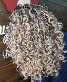 87 unique ombre hair color ideas to rock in 2018 - Hairstyles Trends Grey Curly Hair, Curly Hair With Bangs, Colored Curly Hair, Curly Hair Tips, Curly Hair Styles, Perms For Long Hair, 3a Hair, Curly Blonde, Highlights Curly Hair