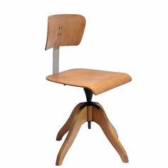 Krzesło zaprojektowane i wyprodukowane przez Bombenstabil.Krzesło obrotowe Architekta P10a jest jednym z serii P10.Drewniana stabilna…