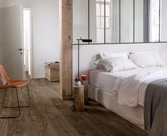 Slaapkamer met vinyl vloer in cottage eik natuur. Reclaimed dessin en rustieke look. warm, waterdicht, slijtvast en geluiddempend. Quick-Step Livyn Balance collectie
