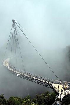 Henderson Vague: Singapour, cette passerelle qui semble être une grosse vague se dresse. La couverture est faite de milliers de lattes de bois qui sont reliés avec des formes ondulées d'acier. La longueur totale du pont est de 274 mètres, et est considéré comme le pont piétonnier le plus élevé à Singapour.