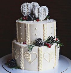 Зимний свадебный торт. Верхний ярус - шифоновый бисквит, пропитанный мороженым и протёртой клубникой, нижний ярус - сникерс. Декор - шишки из шоколада, сердца из пряника.   Автор @Ryki_mastera