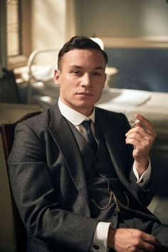 How to Dress Like Michael Gray from Peaky Blinders - Hockerty Michael Peaky Blinders, Peaky Blinders Suit, Cillian Murphy Peaky Blinders, Peaky Blinders Characters, Club Collar Shirt, Best Period Dramas, Finn Cole, Black Overcoat, Beige Suits
