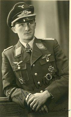 "https://flic.kr/p/hXoXxh   Le ""Oberleutnant"" Egon Mayer (19 août 1917 - 2 mars 1944)   - Ritterkreuz (1 août 1941) : ""Leutnant"" und pilot der III./JG 2 ""Richthofen"" - Eichenlaub #232 (16 avril 1943) : ""Hauptmann"" und Gruppenkommandeur der III./JG 2 ""Richthofen"" - Schwerter #51 (à titre posthume, 2 mars 1944) : ""Oberstleutnant"" und Geschwaderkommodore der JG 2 ""Richthofen"""
