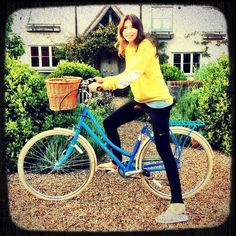 Look what Jamie Oliver got his lucky wife Jools - a Pendleton Somerby! Jools Oliver, Jamie Oliver, Pendleton Bike, City Style, Winter Wardrobe, Vintage Fashion, Celebs, Fashion Outfits, Female