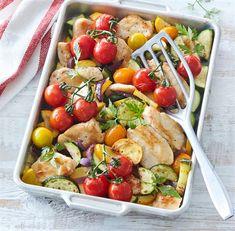 Řecké souvlaki, pomazánka i bezlepkové nudle. Využijte cuketu v kuchyni - iDNES.cz Tzatziki, Cobb Salad, Meat, Chicken, Food, Red Peppers, Essen, Meals, Yemek