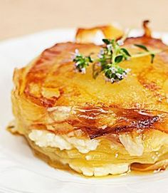 Potato Cake with Goat Cheese and Fresh Thyme Vegetable Recipes, Vegetarian Recipes, Cooking Recipes, I Love Food, Good Food, Yummy Food, Batatas Hasselback, Salty Foods, Potato Dishes