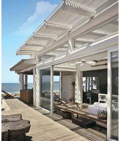 Ao natural: Materiais simples, como madeira e palha, e revestimentos em tons que variam do branco ao cru personalizam esta casa de praia em Búzios, no litoral fluminense.