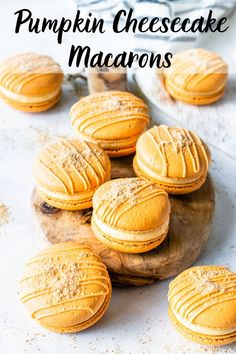 Pumpkin Cheesecake Macarons filled with pumpkin cheesecake filling, topped with graham crackers. The perfect fall macaron! Delicious Desserts, Dessert Recipes, Party Desserts, Cake Recipes, Macaron Flavors, Macaron Filling, Macaron Cookies, Shortbread Cookies, French Macaroons
