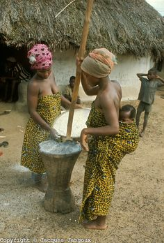 Village life in Africa: West Africa, Liberia, Kpelle tribe. Women pounding manioc using mortar and pestle. One women is carrying her baby strapped on her back. African Life, African Culture, African Women, African Fashion, African History, Black Is Beautiful, Beautiful World, Beautiful People, Out Of Africa